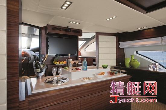 船上均运用了柚木的高级纯木质地板.