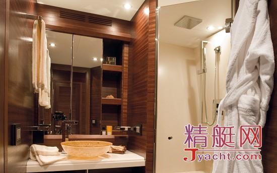 客舱和主人套房都设计有卫生间浴室,方便使用.