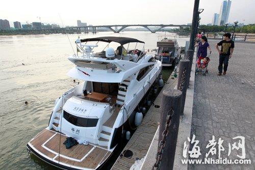 福州闽江上停泊的游艇