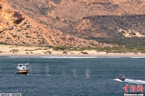 索马里海盗枪击登陆舰 帆船被击沉跳海被擒