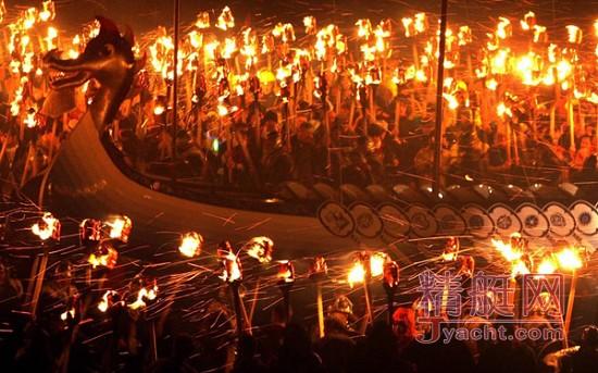 英国设德兰群岛维京火祭节千人举火把烧帆船
