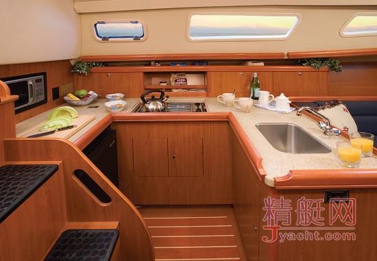 另外室内的厨房台面采用不锈钢,它与实木木材相互衬映,共同打造出
