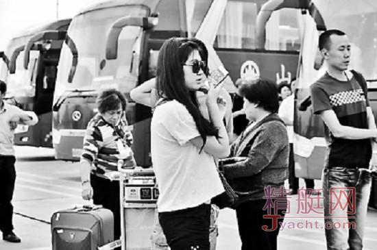 """9月15日,被扣韩国的""""海娜号""""邮轮滞留旅客先后乘坐包机从韩国济州国际机场回京"""