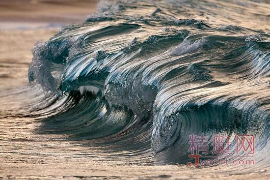 """水本无形 摄影师相机下""""凝固""""的海浪"""