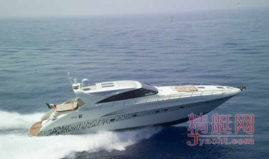 AB-68诞生于FIPA集团最优秀的设计团队,标志着海上生活的又一次改革。独特的造型、无与伦比的居住环境、确保了绝对的舒适度。她外形线条简洁流畅,整体色调可随客户的要求精心调配,或用洁白表达端庄雅致;或用银灰书写时尚动感;游弋于船体周围的斑马纹映衬着大海的粼粼光波诉说着神秘与向往,室内的布置装饰风格与外观相得益彰,同样的精致唯美,配以典雅的饰品、温馨浪漫的灯饰点缀, AB-68将带给您前所未有的驾驭感受。在结构性能上,AB-68也同样表现不俗,碳纤维及芳纶纤维的应用造就了其坚固而轻盈的外壳,配以优质的结