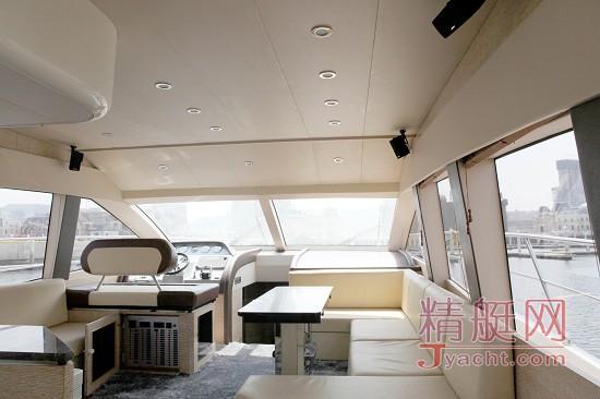 客厅位于主甲板,两块区域错层,空间充足,内置升降电视,bose环绕音响