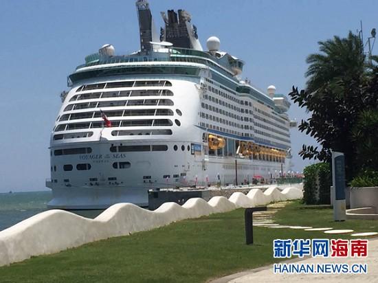 """""""海洋航行者号""""停靠三亚凤凰岛码头"""