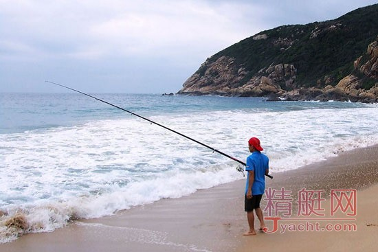 此钓法东西海岸的差异也很大,西海岸对象多为沙梭、石首鱼科及鲷科鱼类,以钓沙梭、帕头跟春子、午鱼为大宗。西海岸钓竿多为15至35号长9尺到15尺滩钓竿,钓组用倒吊或散尾加上天平,鱼饵一般用海虫虾仁等。算是费用最少钓法最单纯的海钓法,但对於看来都一样的沙滩,怎麽选择钓点则是一门较需经验的技巧。