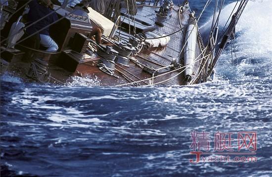 摄影师历经数年周游世界拍摄顶级游艇比赛照片