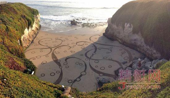励志大叔在沙滩作画10年,每天画完又被海水冲走