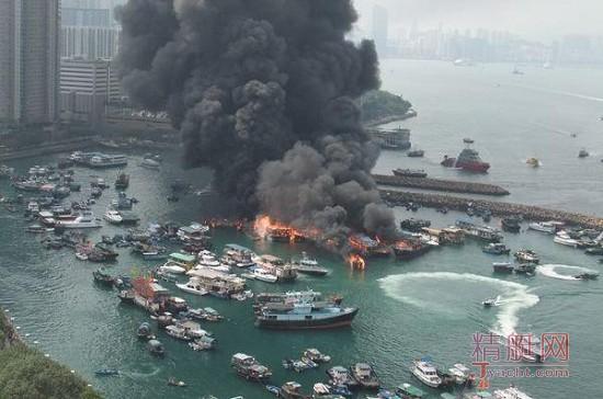 香港维多利亚港大火 至少烧毁9艘船
