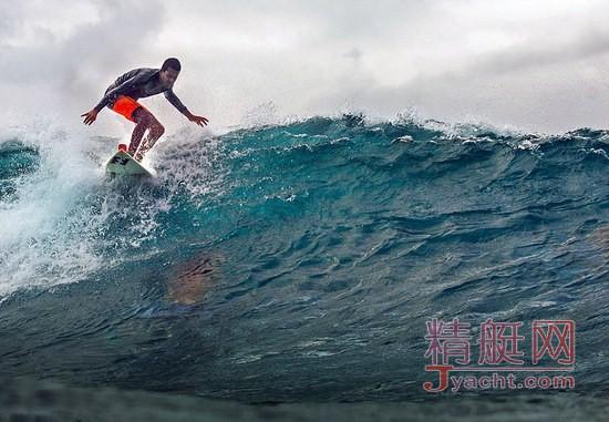 巴西盲人小伙依靠听觉玩冲浪