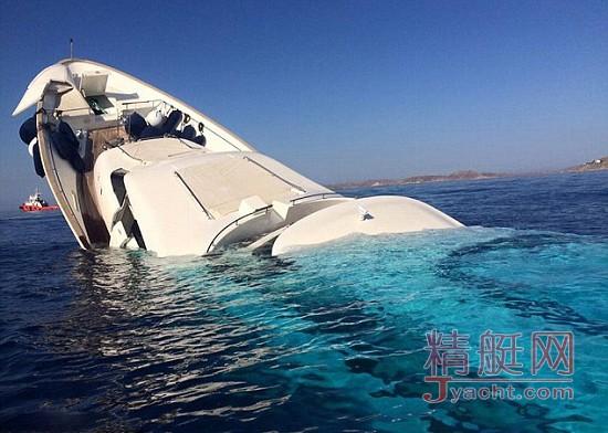 希腊豪华游艇吊装时因失衡掉入海中