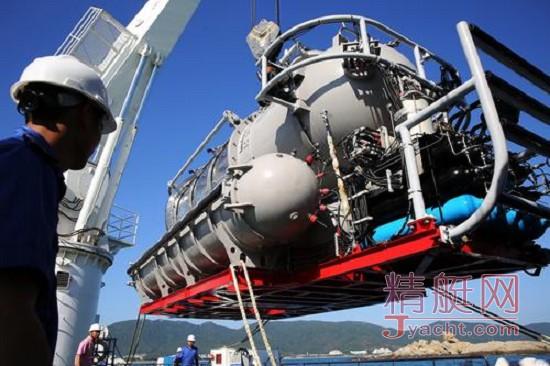 """世界最大型全通透载客潜水器""""寰岛蛟龙1"""""""