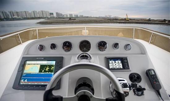 说法一 早在蒸气机明轮船时期,操纵中心设在左右舷明轮罩间的过桥上,从而出现了船桥、桥楼、舰桥的名称。 桥楼(BRIDGE)是船中部的上层建筑,用以提供居住空间,保护中部机(炉)舱棚免受波浪侵袭。其顶层设有驾驶室、作为指挥、控制船舶航行的中心。 随后虽由螺旋桨取代明轮,但船中部的桥楼却沿留下来并发展成现代具有多种舱室的上层建筑。舰桥则演变为军舰桥楼顶层的指挥操纵部位,是军舰桥楼的简称,包括指挥室、驾驶室、露天指挥所等。 桥楼长度大于0.