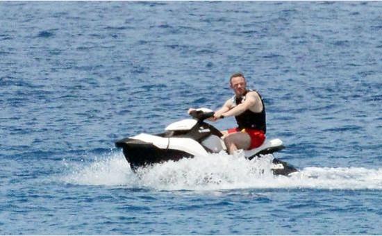 鲁尼度假嗨爆!豪华游艇带比基尼娇妻出海