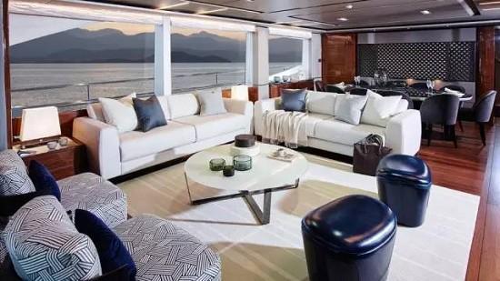 游艇买家应该披金戴银身穿阿玛尼吗?