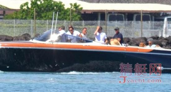 奥巴马夫妇乘超级游艇度假 摆各种姿势拍照