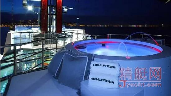 游艇上放松圣地:热水按摩浴缸