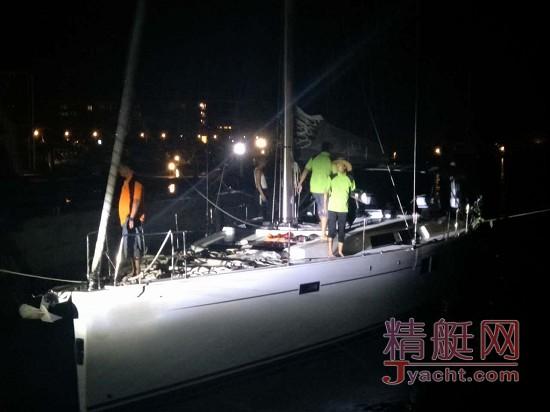 三亚一帆船搁浅破损进水 打12395有用吗?