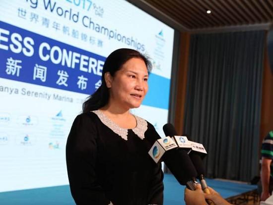 发布会结束后世青赛组委会副主任、三亚市政府副市长许振凌女士接受电视台采访