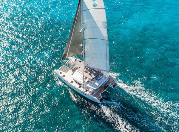 蓝高双体帆船