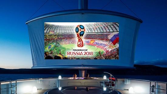 最浪漫的世界杯观赛方式: 艇上户外影院