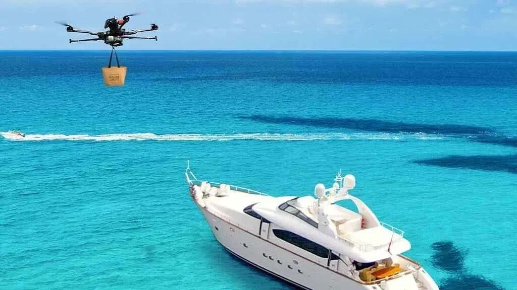 新招!无人机给游艇送餐
